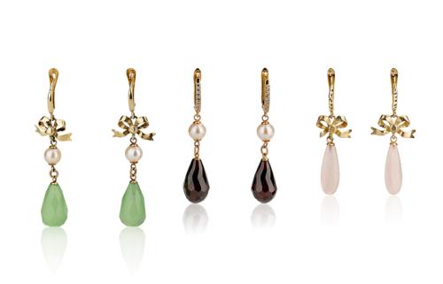 עגילי זהב תלויים בסגנון ישן בשיבוץ אבני חן ופנינים