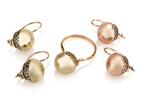 סט עגילים תלויים וטבעת זהב בסגנון ישן כדור מעוטר