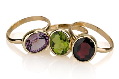 3 טבעת זהב 14K דקות משובצות אבני חן טובות בצורת אליפסה, ירוק, אדום בורדו וסגול