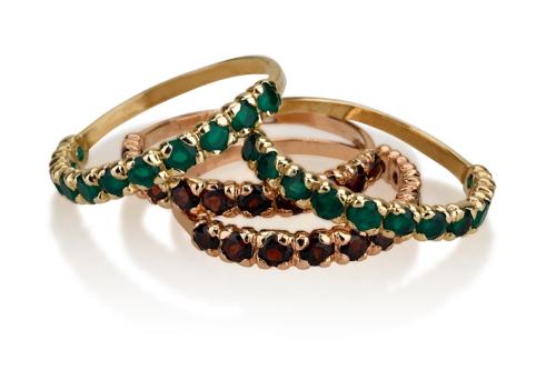 טבעת איטרניטי זהב דקה בשיבוץ אבני חן בשורה