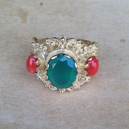 טבעת ויקטוריאנית מעוטרת גדולה בשיבוץ אגת ירוק וקרניול כתום