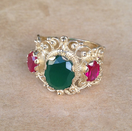 טבעת בסגנון ויקטוריאני אתני מזהב משובצת אבן ירוקה מרכזית ושתי אבנים ורודות