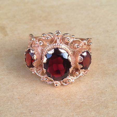 טבעת בסגנון ויקטוריאני עשירה בעיטורים בשיבוץ אבני גרנט בצבע בורדו