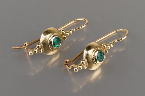 עגילי זהב תלויים עדינים בסגנון ישן אמרלד ירוק