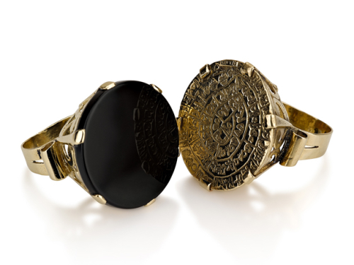 טבעת זהב גדולה בסגנון עתיק משובצת מטבע זהב אוניקס שחור