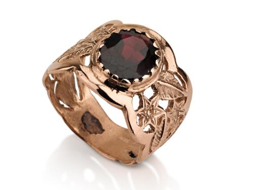 טבעת זהב מעוטרת משובצת אבן גרנט אדומה