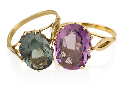 טבעת זהב בסגנון ישן בשיבוץ אבן חן אובלית ירוק סגול