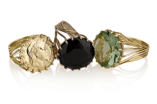 טבעת זהב בסגנון ישן בשיבוץ אמטיסט ירוק, אוניקס שחור ומטבע זהב