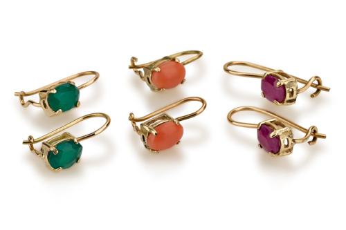 עגילי זהב קטנים תלויים בשיבוץ אבני חן