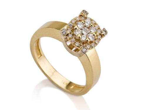 טבעת בשיבוץ אבני יהלום מוגבהות במרכז זהב צהוב