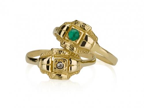 2 טבעות קטנות מיוחדות, אחת בשיבוץ אבן אמרלד ירוקה והשניה ביהלום קטן