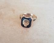 טבעת חותם אבן אוניקס ישנה על רקע בהיר