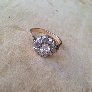 טבעת פרח מרהיבה בשיבוץ אבני דיאמנט עשוייה זהב אדום