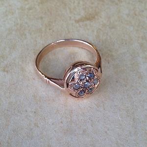 טבעת זהב אדום עם דוגמת חריטה ישנה בשיבוץ יהלומים בצורת פרח במרכזה