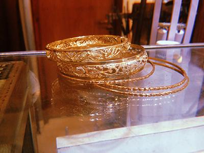 צמידים מרוקאים עבים ודקים מונחים על שולחן