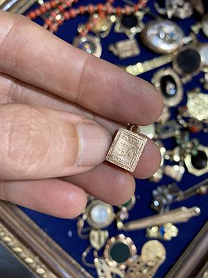 יד מחזיקה תליון זהב נפתח קטן