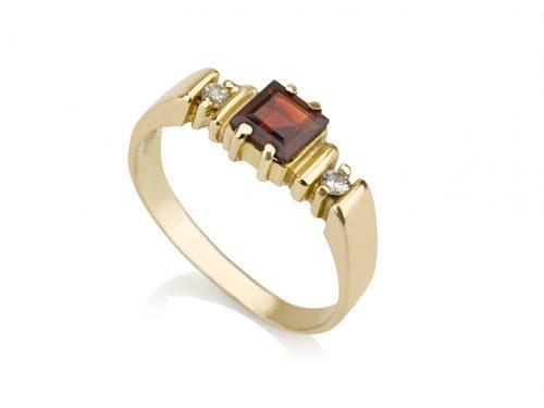 טבעת זהב משובצת 2 יהלומים בצדדים ואבן גרנט מרובעת מרכזית על רקע לבן