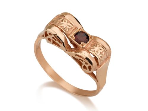 טבעת פפיון בסגנון עתיק משובצת אבן גרנט אדומה על רקע לבן