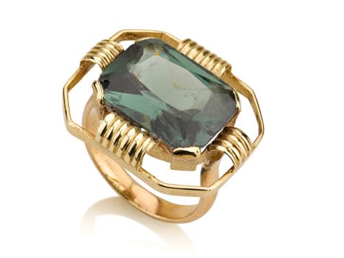 טבעת זהב גדולה מלבנית בשיבוץ אבן בצבע ירוק