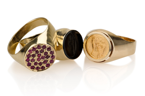 טבעת חותם קלאסית בשיבוץ מטבע, אוניקס שחור ורובי