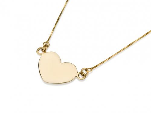 תליון לב זהב שטוח על רקע לבן