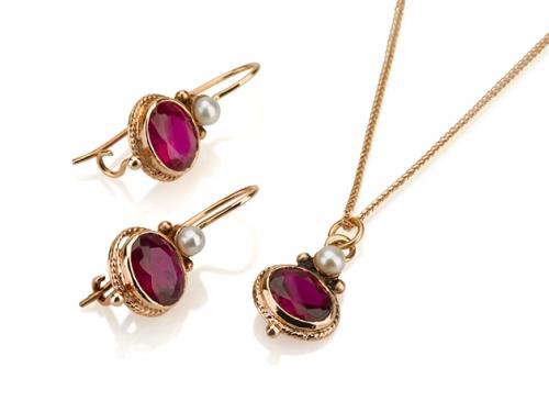 סט תכשיטים לאישה תליון ועגילי זהב תלויים בשיבוץ אבני רובי ופנינה