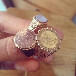 יד מחזיקה 3 טבעות זהב גדולות לגבר בסגנון חותם