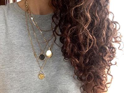 אישה עונדת 3 שרשראות זהב עם תליונים ישנים